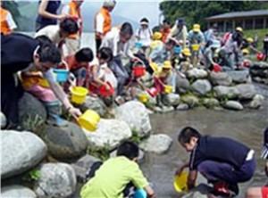 常願寺川水辺の楽校によるイベント:魚の放流